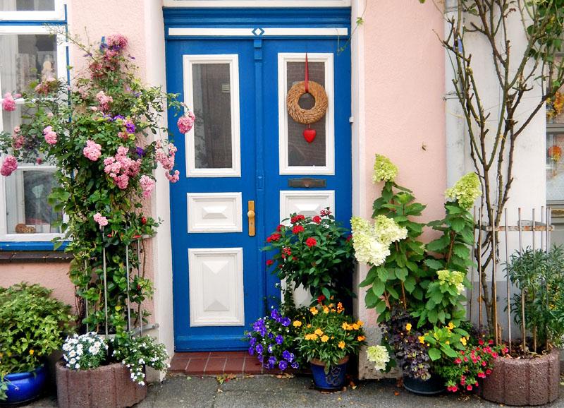 Vacker dörr med blommor