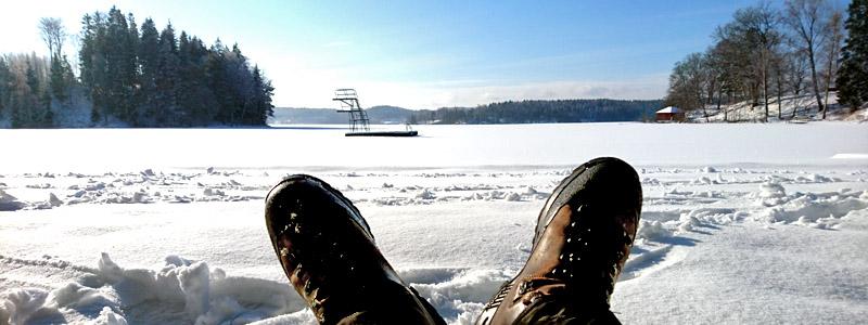 Utsikt över snötäckt sjö från en tanketur